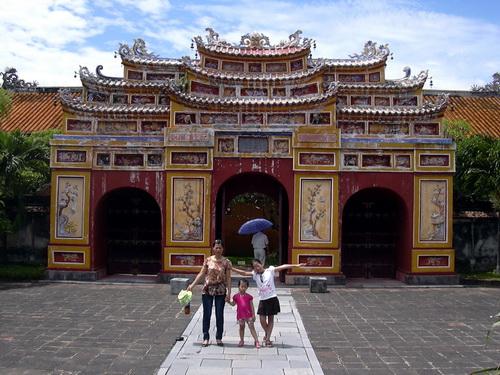 Hue_porte du temple de culte des Nguyen
