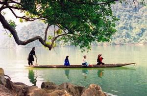 Pirogue sur le lac Ba Be